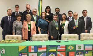 Parlamentares recebem Medalha Patriótica