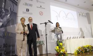 Confies homenageia Ana Amélia pelo trabalho em prol da pesquisa e da inovação