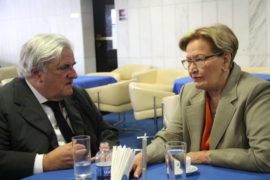Relações exteriores são debatidas em encontros com embaixadores no gabinete