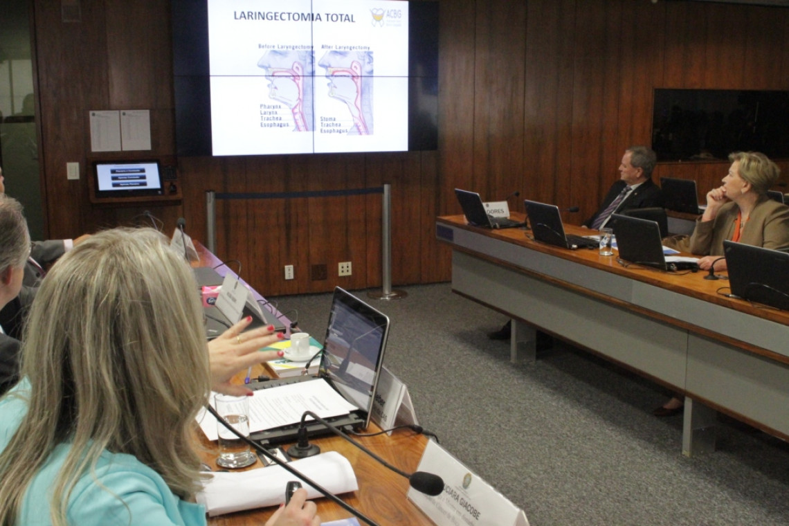 Distribuição de 'laringe eletrônica' pelo SUS é defendida em audiência na CAS