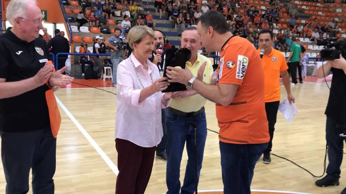 Ana Amélia é homenageada durante amistoso de futsal em Carlos Barbosa