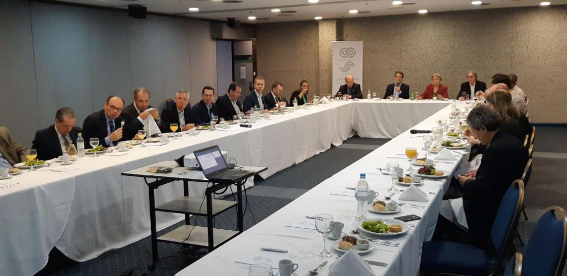 Cenário econômico e incerteza política são debatidos em reunião-almoço com o SIndipeças