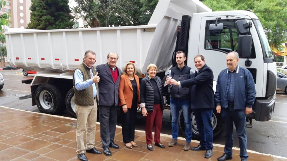 Caminhão adquirido com recursos de emenda da senadora é entregue oficialmente em Lagoa Vermelha