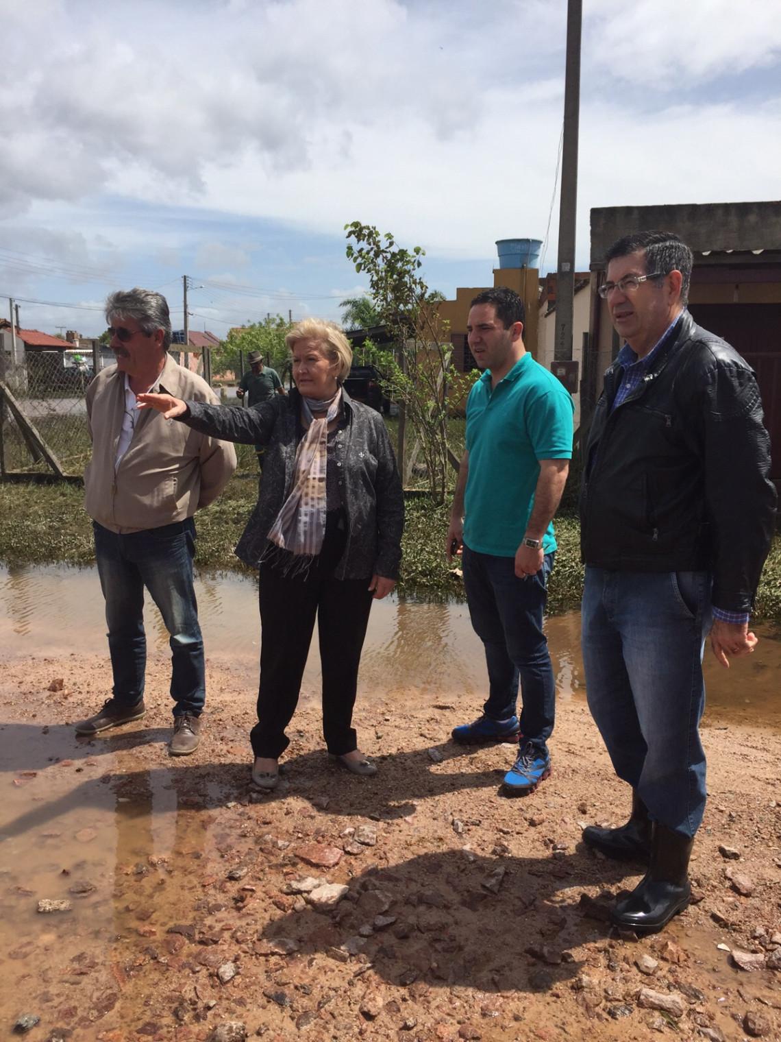 Ana Amélia renova apoio às demandas dos municípios atingidos pelas chuvas em visita às ruas alagadas do Bairro Laranjal, em Pelotas