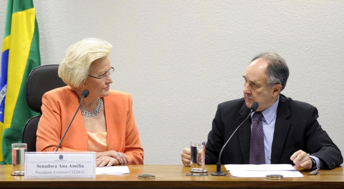Senado aprova projeto que obriga bolsistas a colaborarem com escolas públicas