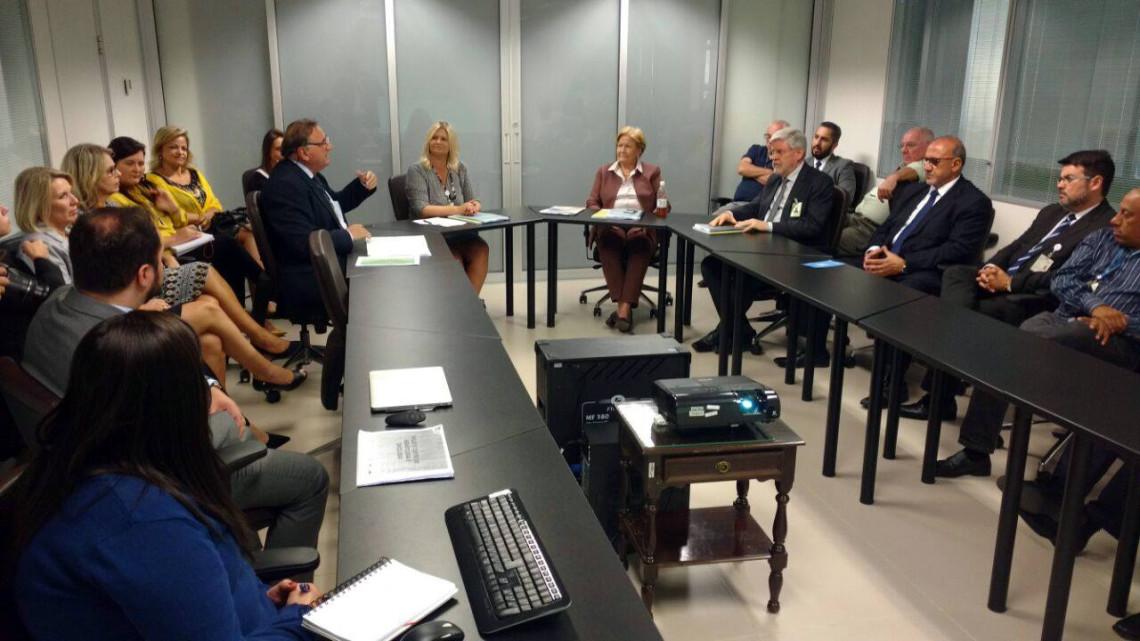 Projeto do Centro de Oncologia do GHC é apresentado à senadora em visita à instituição