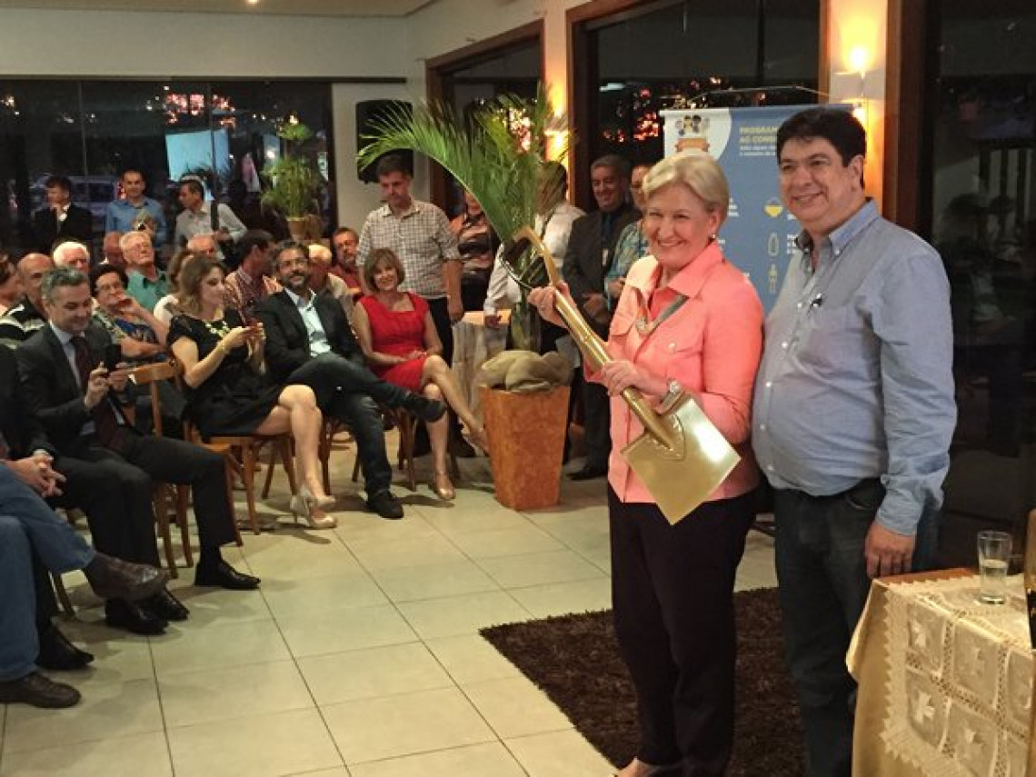 Ana Amélia é homenageada com a Pá dos Arrozeiros durante a 26ª Abertura Oficial da Colheita do Arroz