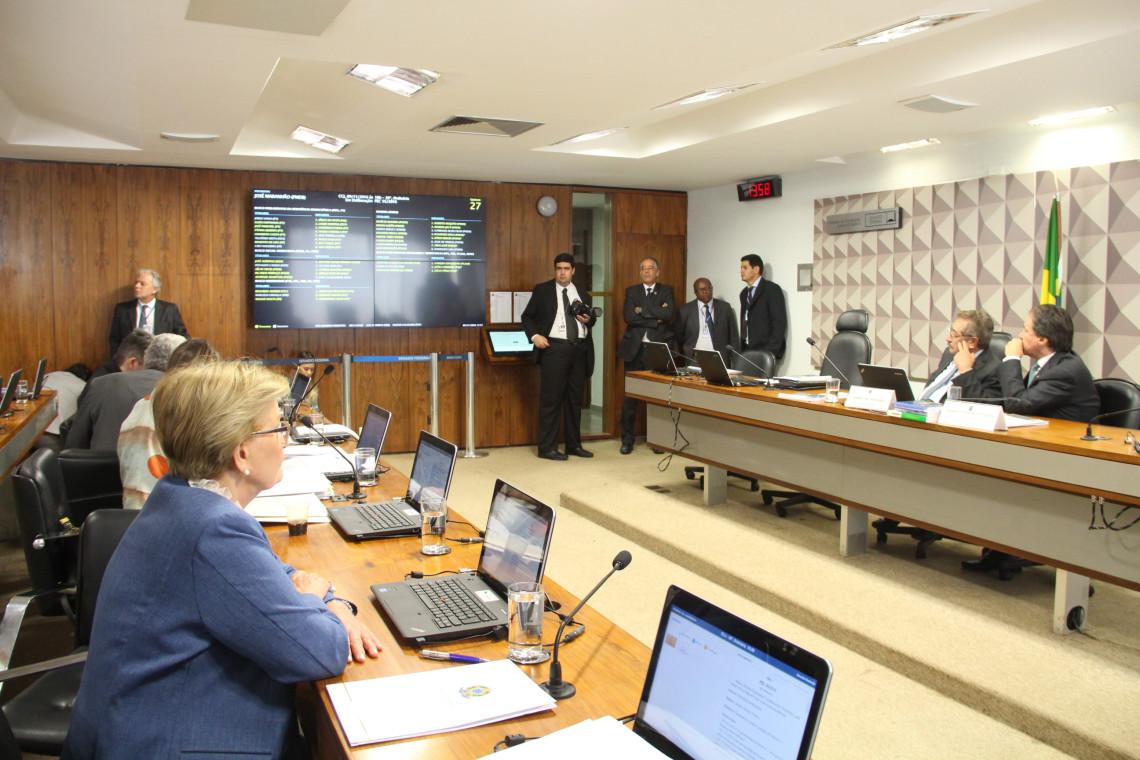 CCJ aprova teto de gastos, que agora será votada em dois turnos pelo Plenário