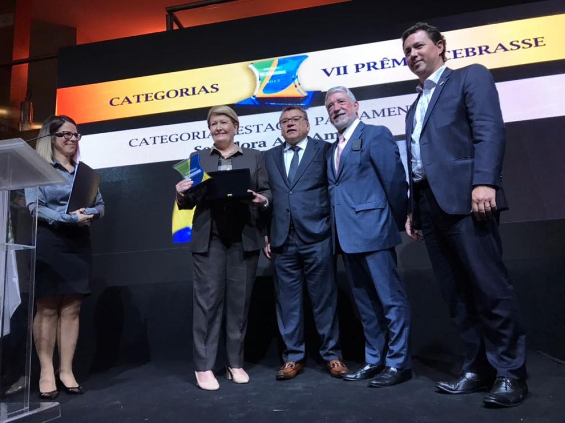 Ana Amélia recebe prêmio do setor de serviços