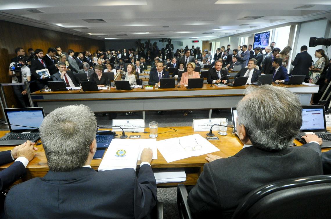 Com voto favorável da senadora Ana Amélia, comissão aprova relatório pela admissibilidade do impeachment