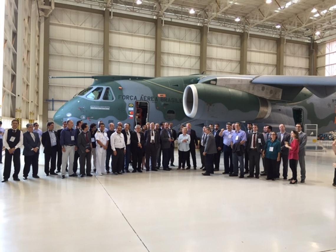 Parlamentares visitam Instituto de Aeronáutica e Espaço e Embraer Defesa