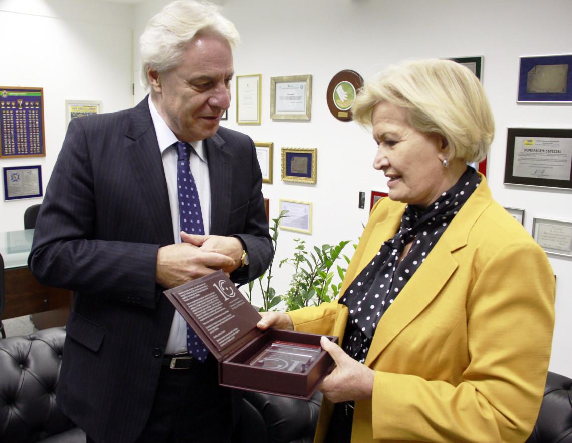 Ana Amélia recebe placa de reconhecimento ao mérito parlamentar do Conselho Superior da Justiça do Trabalho
