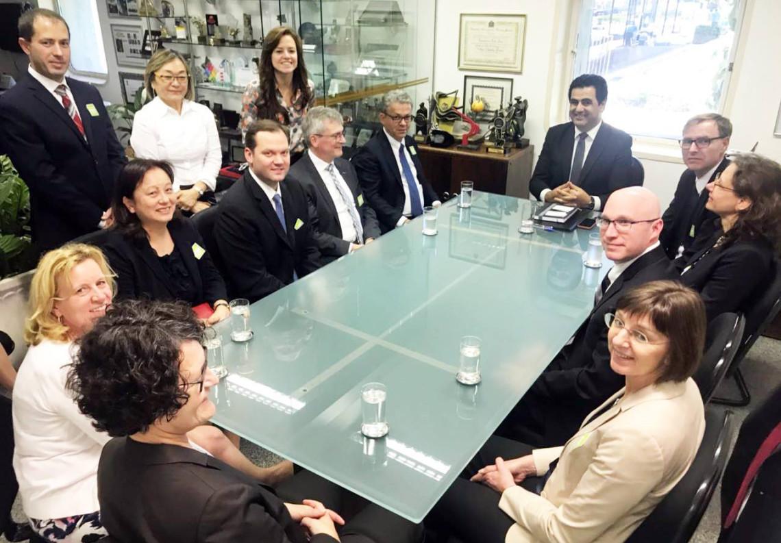 Ana Amélia debate regulamentação e inovação tecnológica com empresa de fármacos