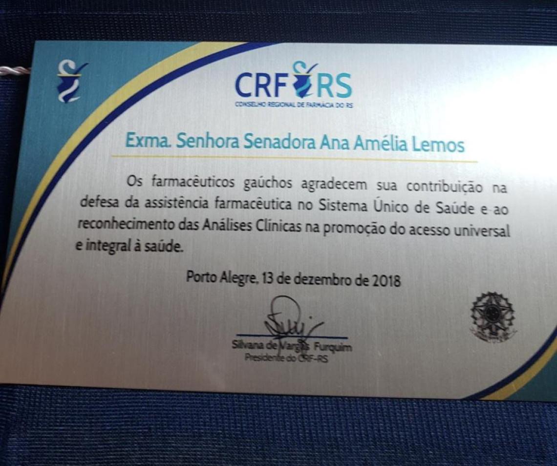 Conselho Regional de Farmácia entrega placa em reconhecimento ao trabalho da senadora