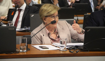 CCJ aprova projeto que torna crime induzir jovens à automutilação