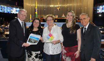 Ana Amélia recebe troféu