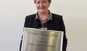 Senadora recebe premiação do setor de proteína animal