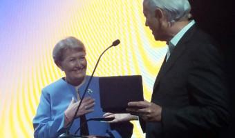 Sindicom e Movimento Combustível Legal entregam placa em reconhecimento ao trabalho da senadora