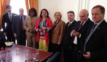 Políticas de combate à aftosa no Brasil são relatadas em reunião com diretora da OPAS