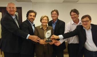 """Ana Amélia recebe prêmio """"Destaque do Agronegócio"""", do Sindilat"""