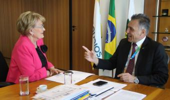 Ana Amélia entrega ao presidente da ECT pedido de cedência do prédio dos Correios de Lagoa Vermelha