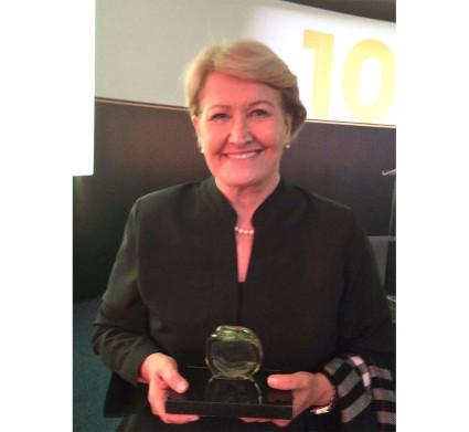 Ana Amélia recebe prêmio por atuação na área da saúde